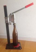 Tappatrice con bottiglia vuota